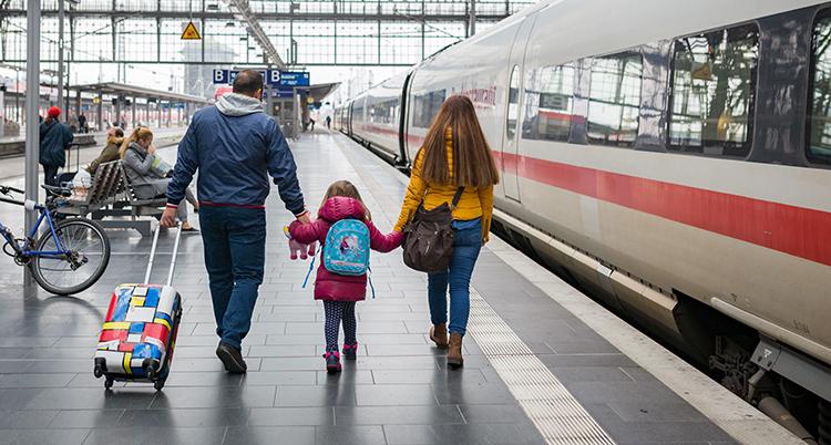 en familj på en tågstation.