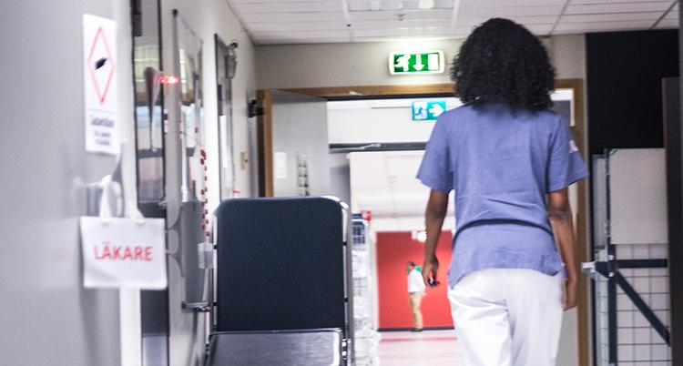 Kvinna som går i en korridor på ett sjukhus.