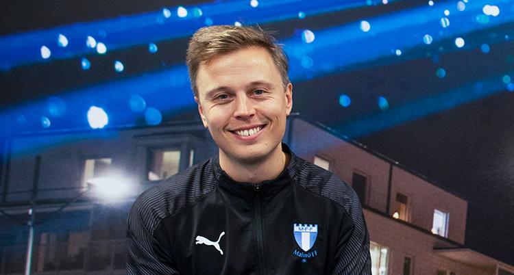En leende ung man med en jacka med Malmö FFs märke.