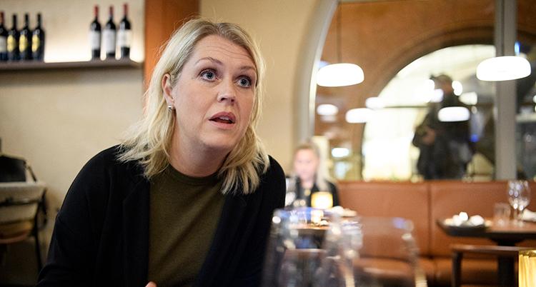 En kvinna sitter vid ett bord på en restaurang