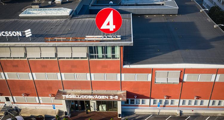 En bild på TV4s hus tagen uppifrån så man ser taket och framsidan. En rund skylt med en 4:a är på taket