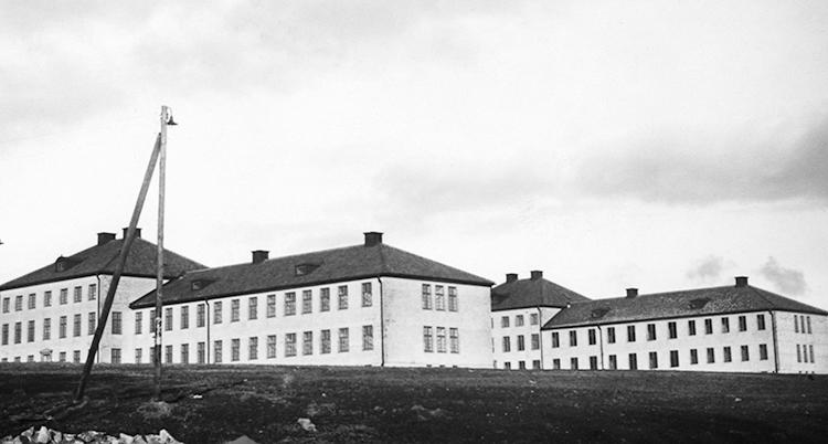 En svartvit bild på sjukhuset. Det är flera hur i vitt med svart tak. Miljön ser väldigt dyster ut. Det är inga människor på bilden.