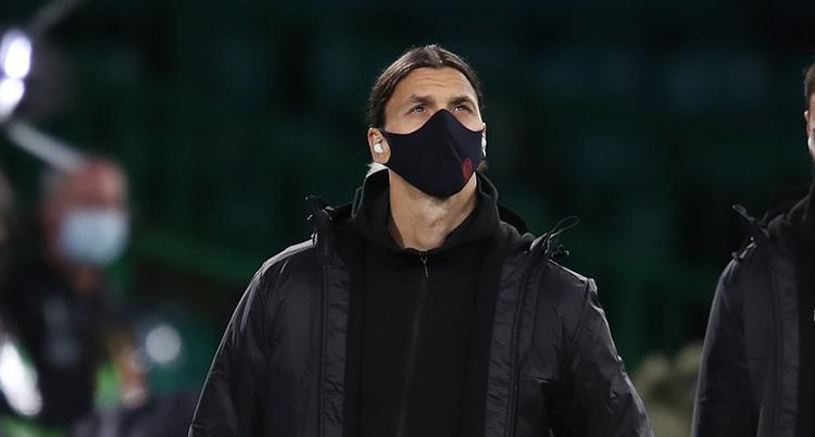 Zlatan Ibrahimovic står i svarta kläder och med en svart ansiktsmask