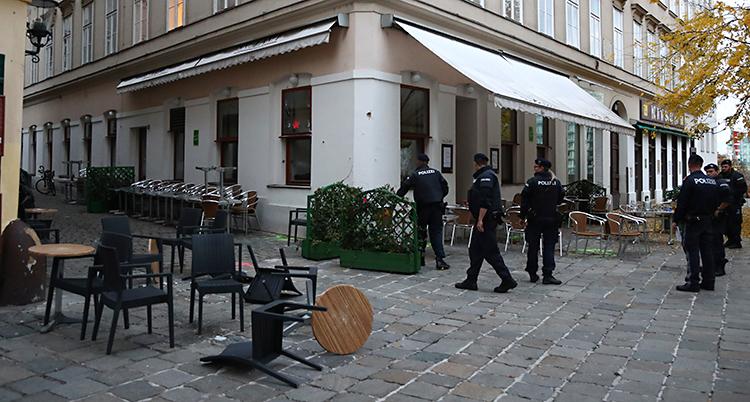 Flera poliser står utanför en restaurang.