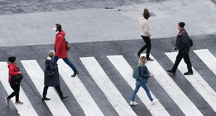 Bilden visar människor som går på ett övergångsställe.
