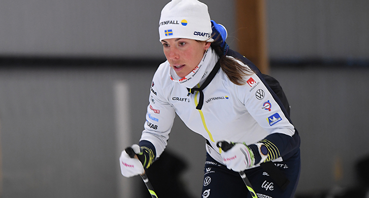 Vi ser Charlotte Kalla. Hon åker skidor.