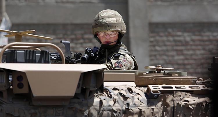 En soldat i Afghanistan som sitter i en tank.