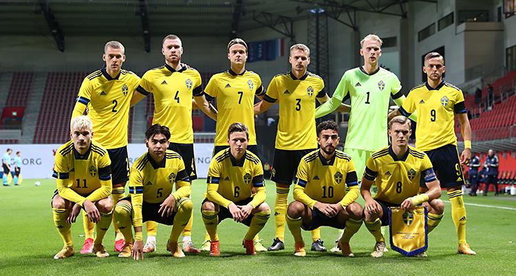 Sveriges lag har ställt upp sig för en bild. Fem spelare sitter på huk. Bakom dem står sex spelare. De har på sig gula tröjor.