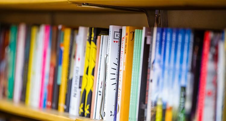 En hylla med många böcker.