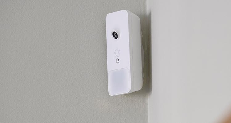 En vit apparat hänger på en vägg.