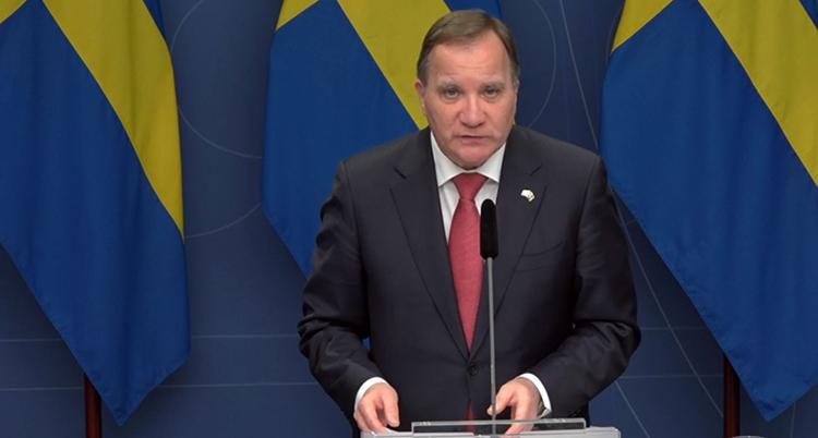 Statministern står i en talarstol och håller tal