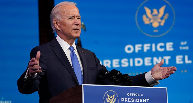 Joe Biden slår ut med armarna under sitt tal.