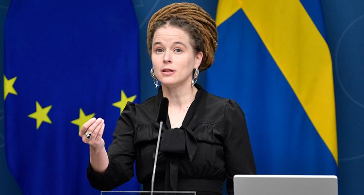Ministern Amanda Lind på en presskonferens.