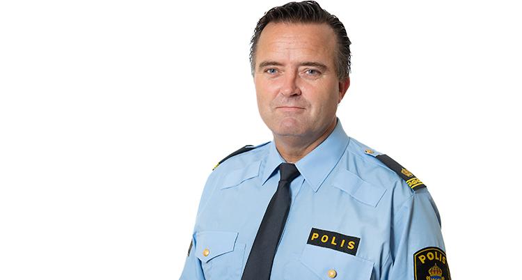 Polisen Jan O Olsson i blå polisskjorta.