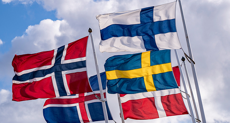 fem hissade flaggor, Sverige, Norge, Finland, Danmark och Island.
