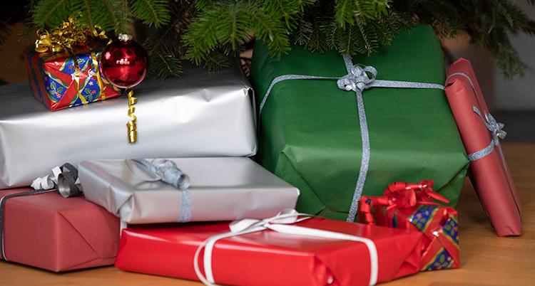 Flera julklappar under granen.