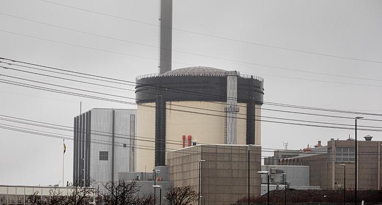Kärnkraftverket Ringhals i grått med en hög skorsten mot en grå himmel