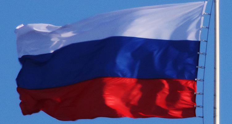 En rysk flagga mot en blå himmel