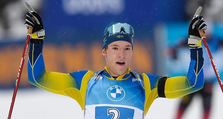 Samuelsson håller upp armarna han ser glad och trött ut. Han har just passerat mållinjen. Men bilden visar bara överkroppen