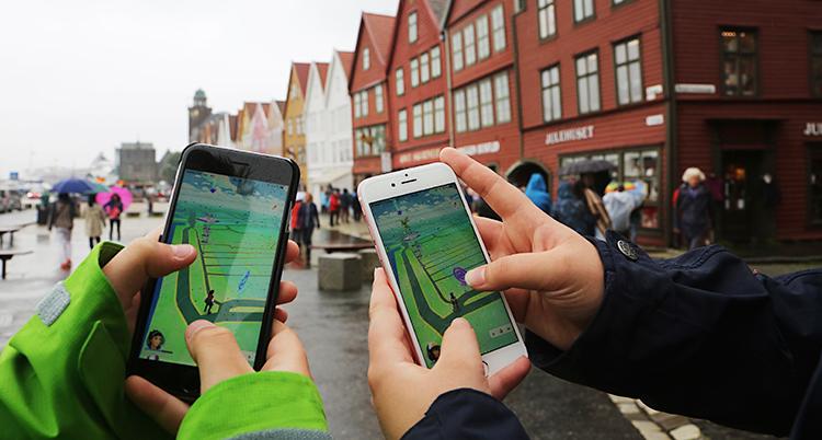 Spillet PokÈmon Go spilles pmobiltelefoner pBryggen i Bergen.