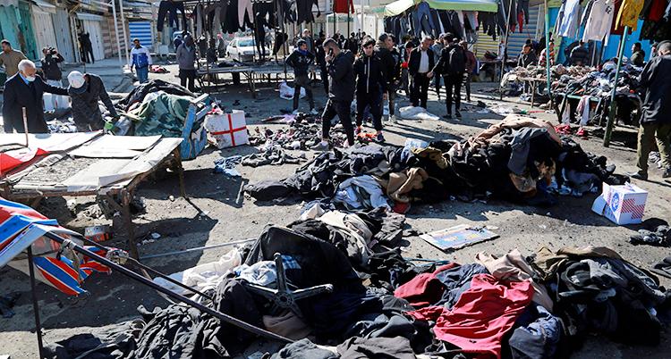 Massor av kläder ligger på marken.