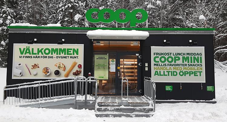 En liten butik med ramp och trappa in ligger i ett snöigt skogsbryn