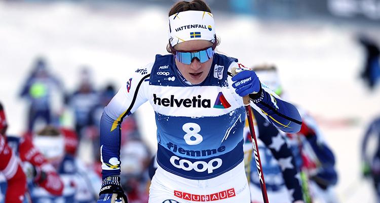 Ebba Andersson i slutet på loppet. Halva kroppen syns på bilden. Hon ser sammanbiten ut. Hon har glasögon med spegelglas. Ögonen syns inte.