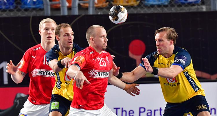 Bollen är i luften. En dansk och en svensk försöker att ta den. Bakom dem står två andra beredda att hjälpa till.