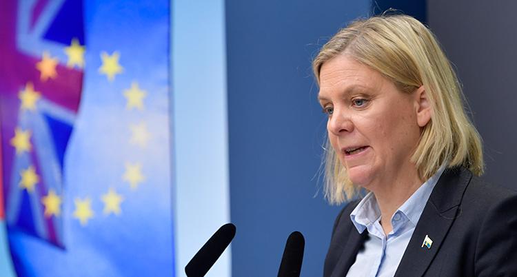 Andersson ser bekymrad ut. det är en närbild. Hon tittar ner. Framför henne är två mikrofoner.