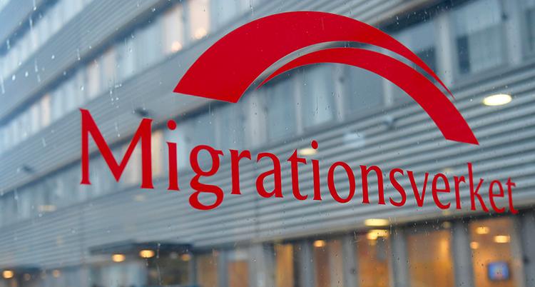 Texten Migrationsverket står i rött på en glasruta