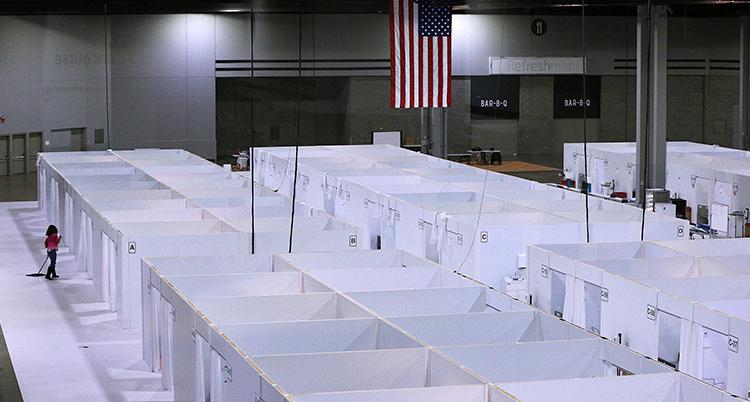 En stor sal med stora vita lådor syns. Lådorna är rum med sängar för patienter.