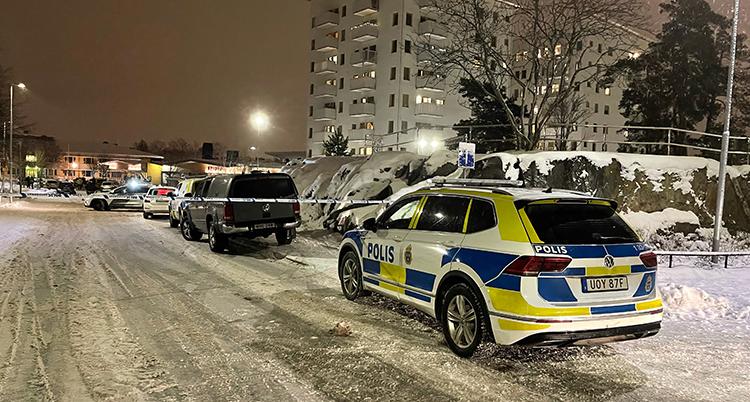 En polisbild i mörkret på en gatan med snö.