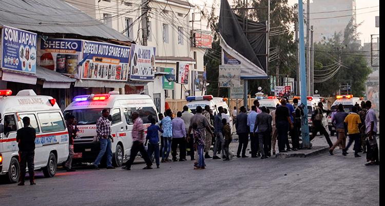 Folk samlas vid ambulanser på en gata.