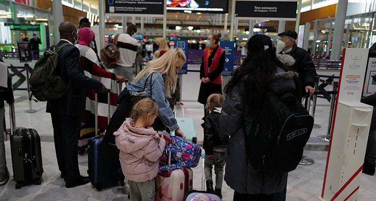 folk i kö på flygplatsen.