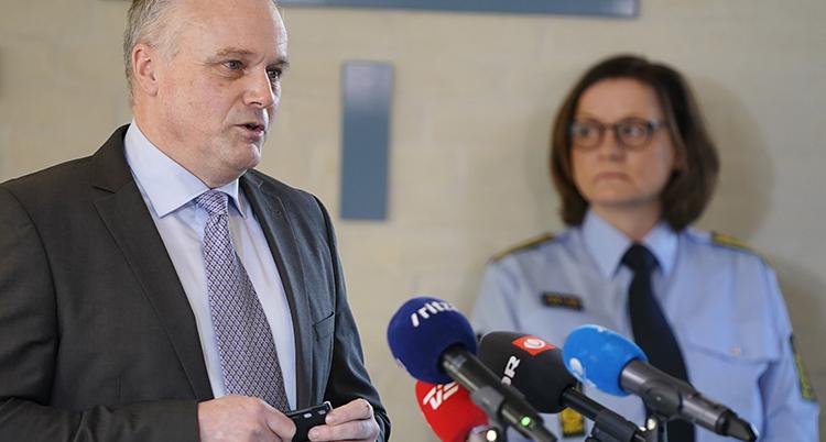 två danska poliser pratar på presskonferens.