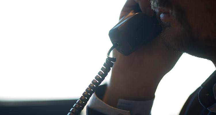 närbild på en man i profil som pratar i telefon.