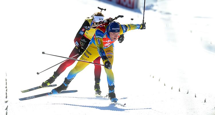 Upploppet i en tävling i skidskytte. Samuelsson är precis före Thingnes Bø. Samuelsson har gul dräkt på sig.