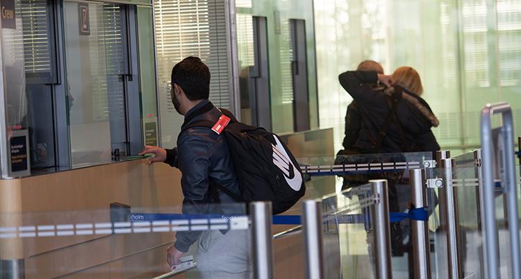 tre personer vid passkontrollen vid arlanda.