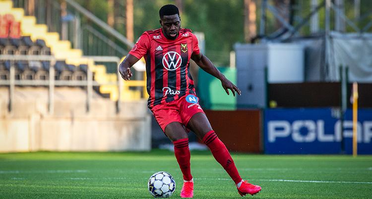 Isak Ssewankambo driver en fotboll. Han har rödsvart fotbollströja.