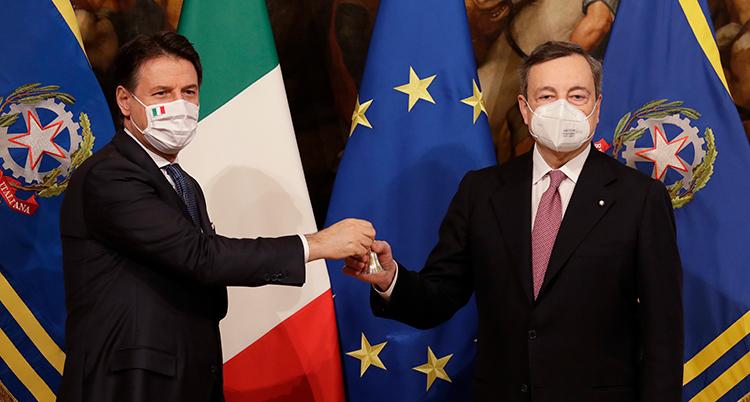 De har båda munskydd på sig. Bakom den syns bland annat Italiens och EUs flagga.