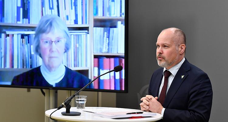 Hjelm Wallen på en tv-skärm pratar med Johansson under pressträffen.
