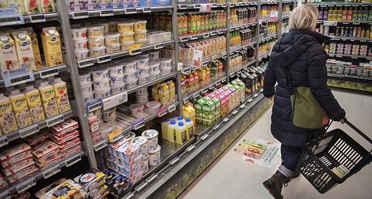 Vi ser ryggen på en person som handlar i en mataffär.