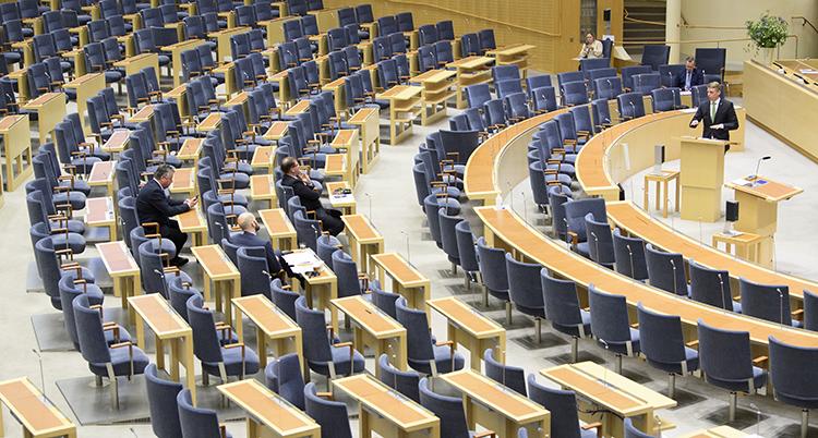 Massor av blå stolar syns. De står i rader som ser ut som halvcirklar.