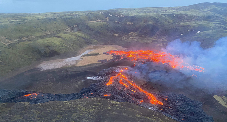 Vulkanen med glödande lava fotad uppifrån.