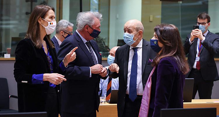 Fyra personer står i ett rum och pratar. Det är två kvinnor och två män. De har munskydd på sig.