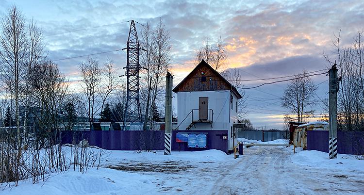 Det börjar bli kväll. Men det är fortfarande lite blått på himlen. Det är snö på marken. Vi ser ett fängelse. En väg leder fram till en öppning i en mur. Bredvid muren finns ett vakttorn.