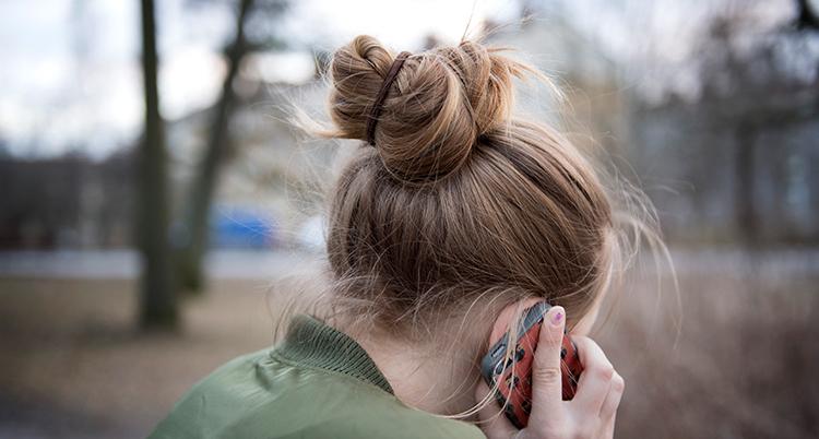 En flicka pratar i en mobiltelefon.