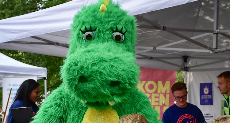 En nära bild på drakens gröna ansikte.