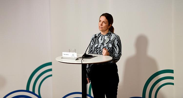 en bild på avstånd på Sara Byfors under pressträffen.