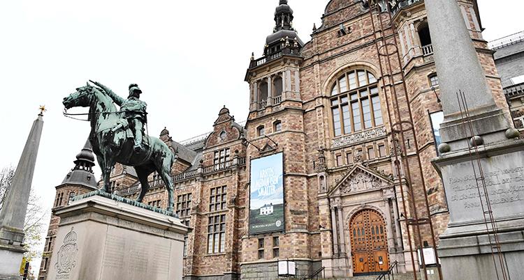Museets ingång. Huset är ett stort hus i sten. Framför huset finns en staty. Det är en människa som sitter på en häst.